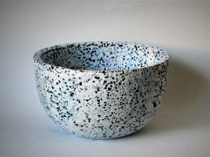 Keramikschale mit blauer Engobe